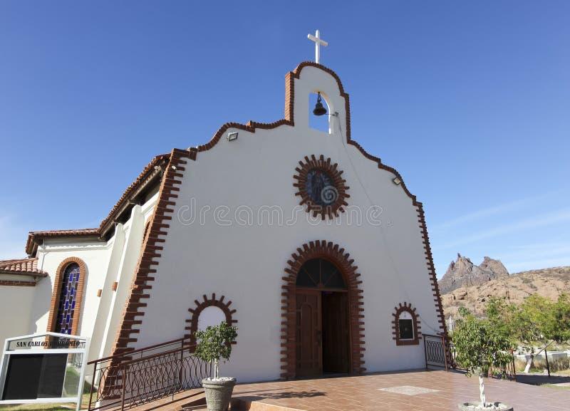 Uma vista da igreja Católica do St Borremeo e da montanha de Tetakawi, Sa fotos de stock