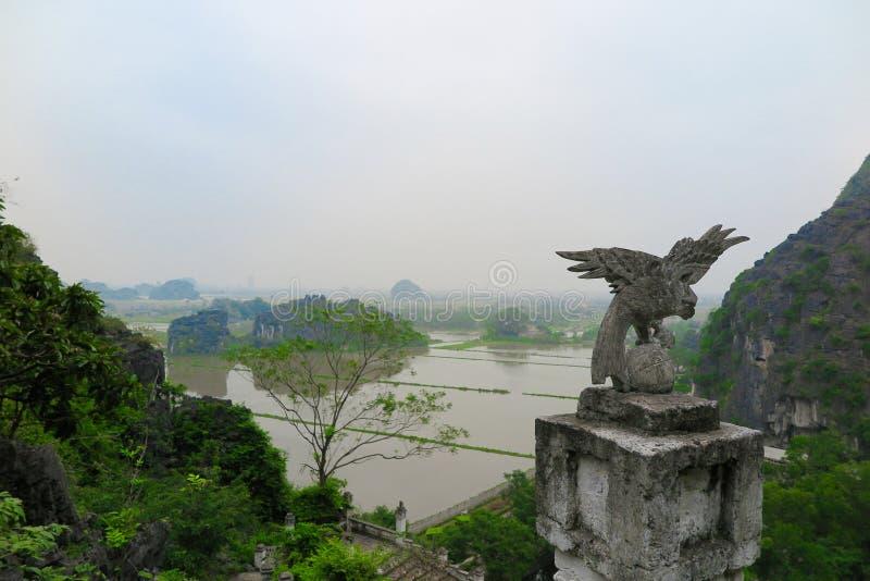 Uma vista da parte superior de Dragon Mountain, Ninh Bing Province, Vietname imagem de stock