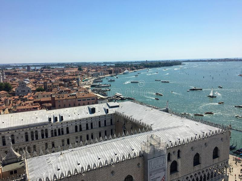Uma vista da parte superior do Campanile das marcas do St no St marca o quadrado do palácio dos doges e de Grand Canal em Veneza  foto de stock