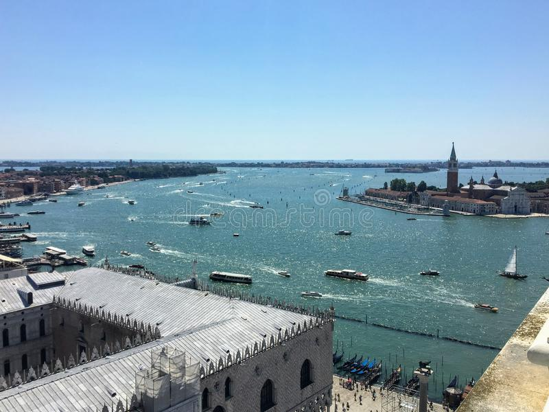 Uma vista da parte superior do Campanile das marcas do St no St marca o quadrado do palácio dos doges e de Grand Canal em Veneza  imagens de stock royalty free