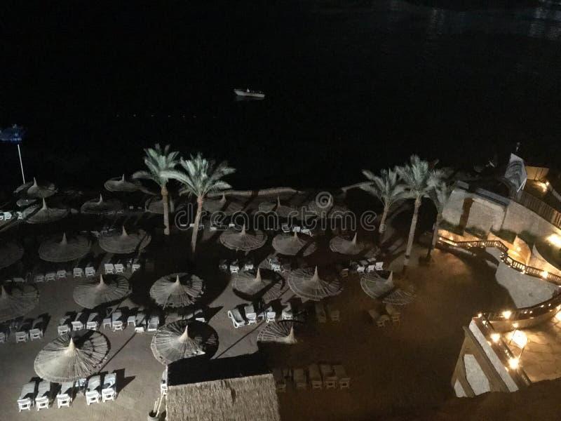 Uma vista da parte superior a um Sandy Beach bonito com vadios do sol, camas do sol e guarda-sóis em férias em um exótico morno t imagem de stock royalty free