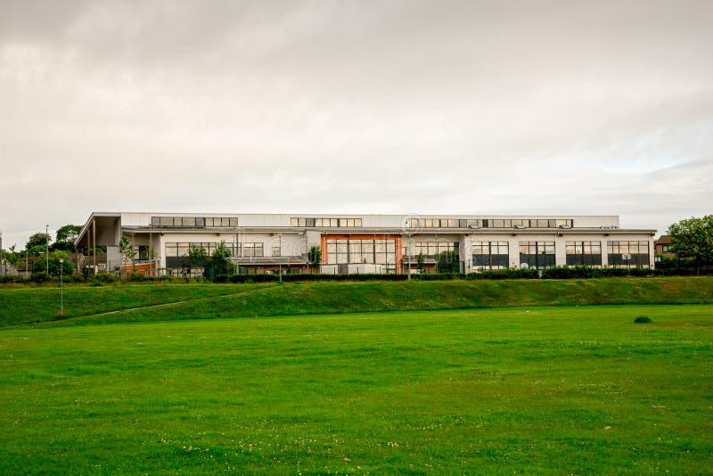 Uma vista da ponte de Don Academy do passo de futebol fora do parque de Westfield em Aberdeen imagem de stock