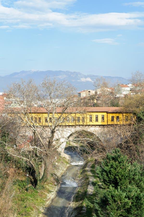 Uma vista da ponte de Irgandi em Bursa O birdge tem uma arquitetura extraordinária e o acolhimento de lojas, de cafés e de presen imagem de stock