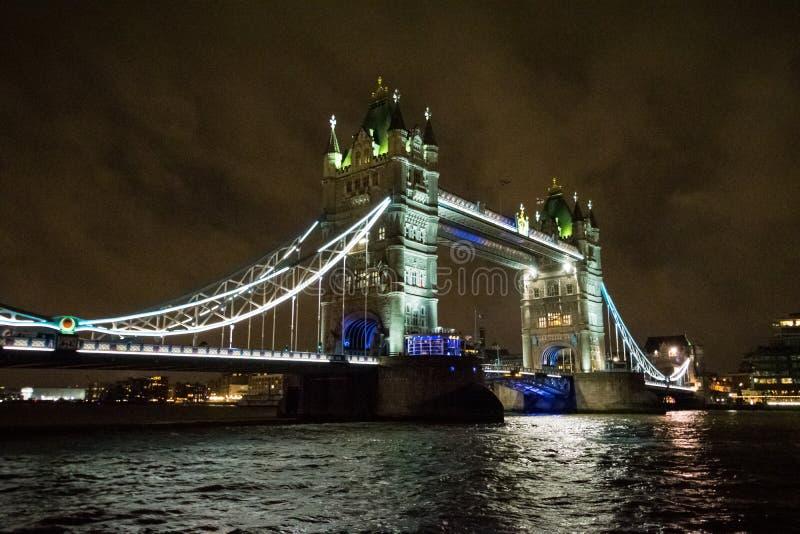 Uma vista da ponte da torre do marco na noite fotografia de stock royalty free