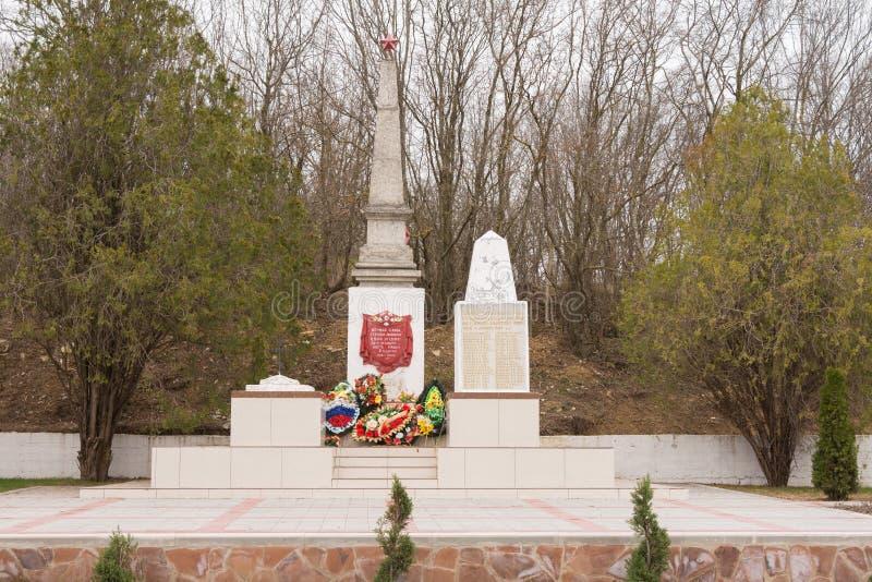 Uma vista da sepultura comum de soldados e de civis soviéticos na vila de Sukko, que morreu figh imagens de stock