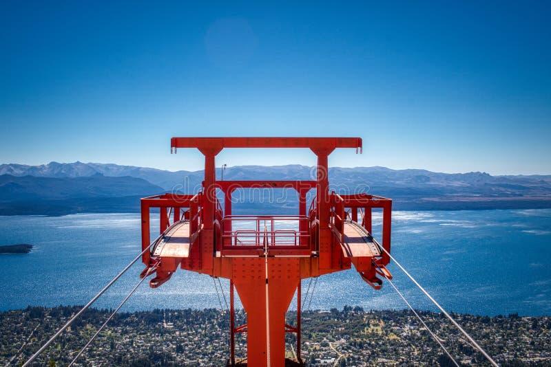 Uma vista da torre do elevador de cadeira nas montanhas fotografia de stock