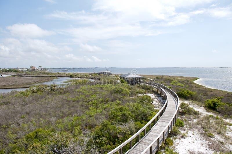 Uma vista das águas da lagoa grande do passeio à beira mar no parque estadual grande da lagoa em Pensaocla, Florida fotos de stock royalty free