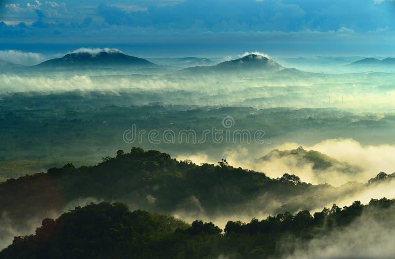 Uma vista das montanhas ao vale coberto com a poluição atmosférica em Tailândia imagens de stock