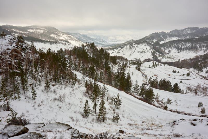 Uma vista das montanhas do inverno no parque nacional de Bayanaul fotos de stock