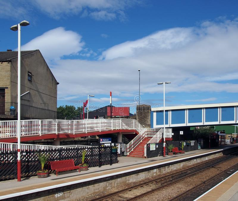 uma vista das plataformas e do passadiço da estação de trem no oeste do calderdale - yorkshire do brighouse tomado da estrada aci fotos de stock royalty free