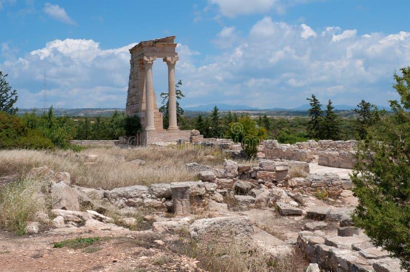 Uma vista das ruínas do templo antigo de Apollo Ilatis Kourion, Chipre imagens de stock royalty free