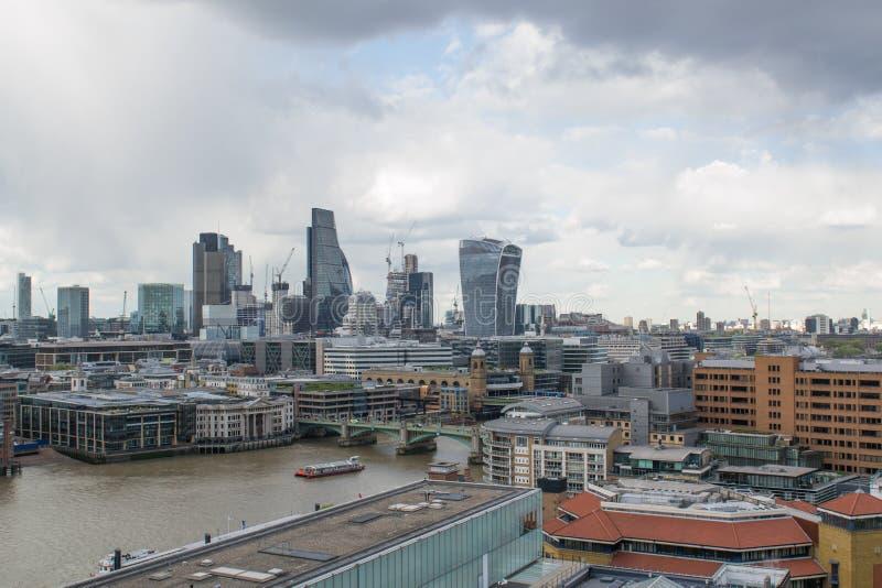 Uma vista de arranha-céus famosos em Londres com um céu dramático fotos de stock