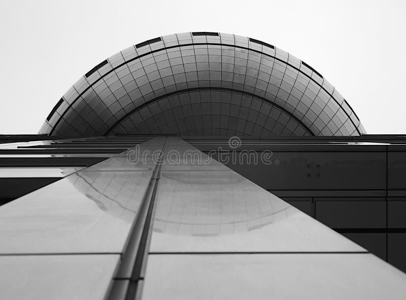 Uma vista de baixo das mostras o lado de uma construção e de uma reflexão fotos de stock