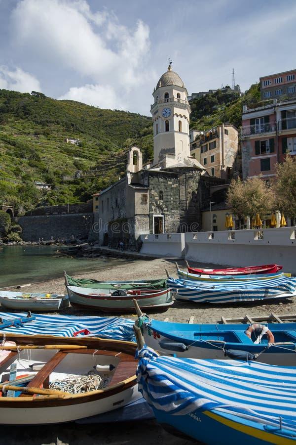 Uma vista de barcos de pesca no molhe na vila histórica de Cinque Terre de Vernazza no La Spezia, Liguria, Itália - 18 de maio de fotografia de stock royalty free