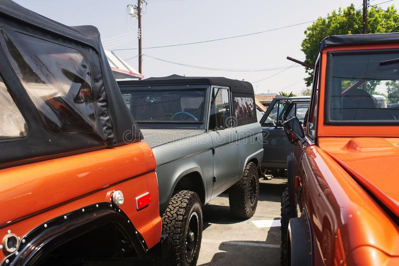 Uma vista de carros do suv do vintage em um parque de estacionamento em Veneza, Califórnia fotografia de stock