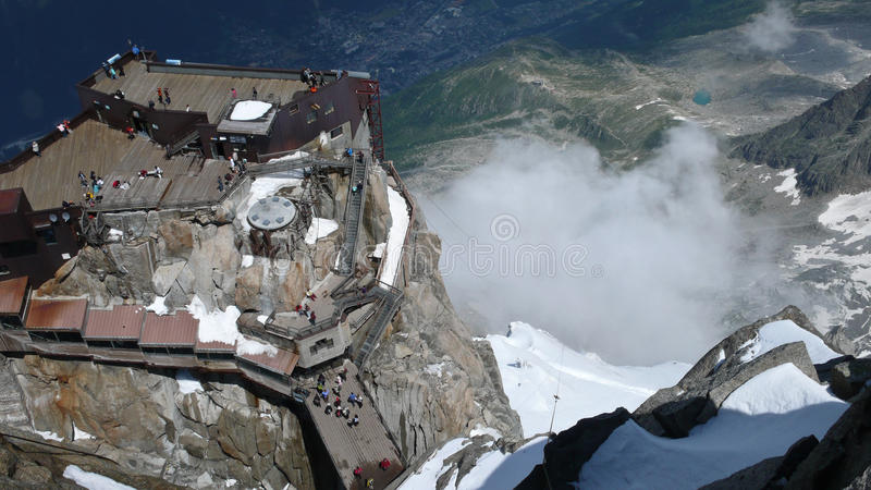 Uma vista de Chamonix do Aiguille du Midi foto de stock royalty free