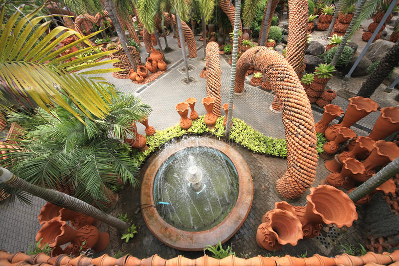 Uma vista de cima à fonte e dos potenciômetros no jardim botânico tropical de Nong Nooch perto da cidade de Pattaya em Tailândia fotos de stock