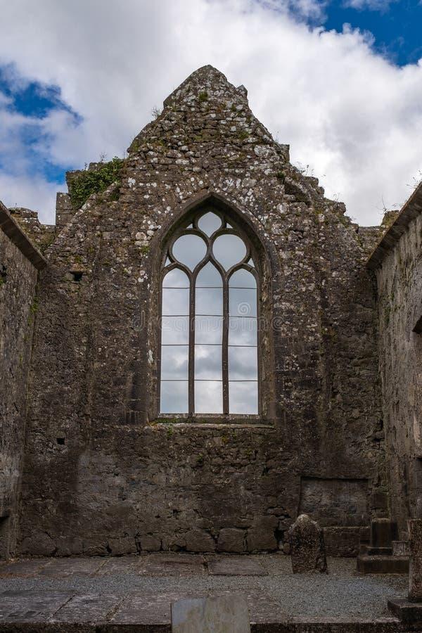 Uma vista de uma das janelas dentro das ruínas de Clare Abbey uma parte externa Augustinian Ennis do monastério apenas, condado C fotos de stock royalty free