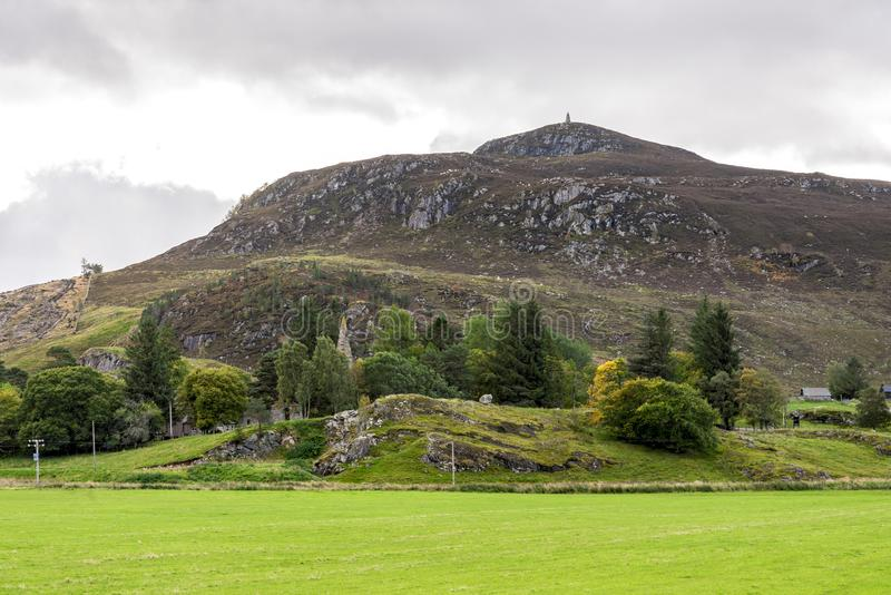 Uma vista de uma das partes superiores do monte em uma maneira ao Loch Laggan nas montanhas escocesas, Grâ Bretanha imagens de stock