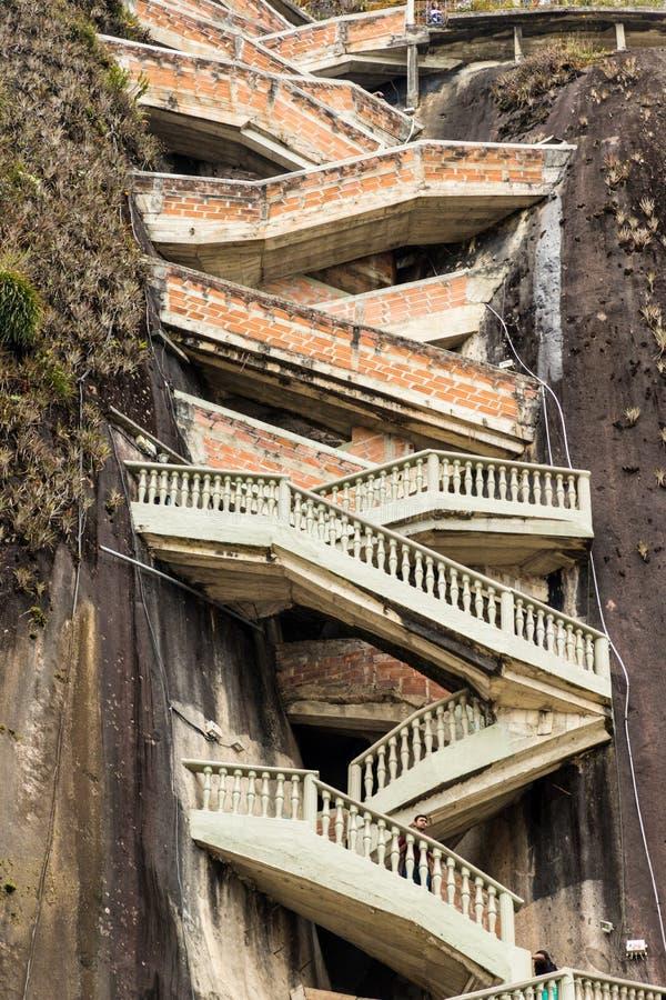 Uma vista de escadas do ziguezague na rocha, Guatape, Colômbia foto de stock royalty free