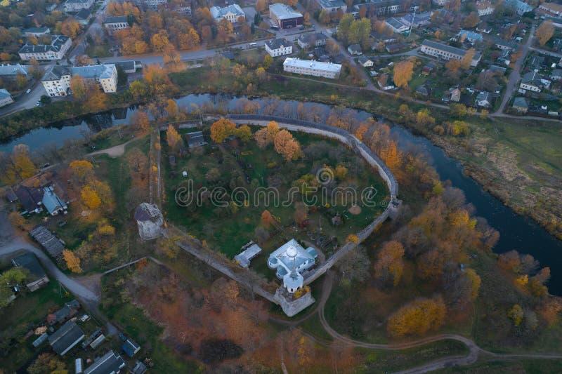 Uma vista de uma grande altura na fortaleza medieval do Porkhov, noite Região de Pskov imagens de stock royalty free