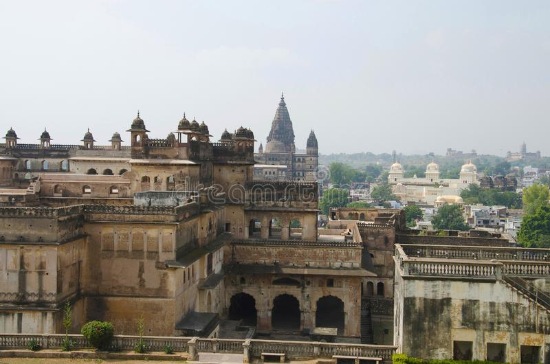 Uma vista de Jahangir Mahal que negligencia a cidade de Orccha Sheesh Mahal, Raj Mahal, templo de Chaturbhuj, Ram Raja Temple é v fotografia de stock royalty free