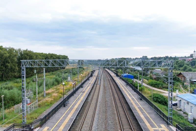 Uma vista de uma janela da vista da ponte de estrada de ferro ao trem móvel do railwaya vazio disparou em uma lente larga do ângu imagens de stock