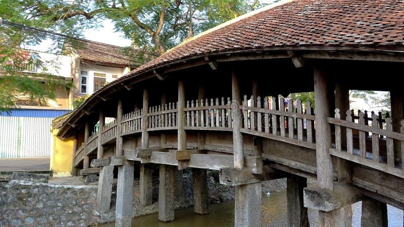 Uma vista de uma ponte de madeira em um telhado de telha fotos de stock