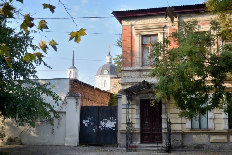 Uma vista de ruas velhas afastadas típicas de Kherson fotografia de stock royalty free
