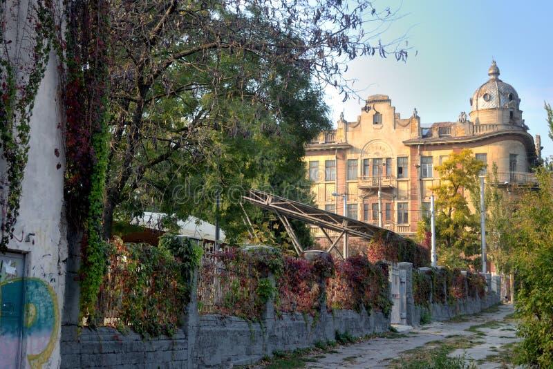 Uma vista de ruas velhas afastadas típicas de Kherson imagem de stock