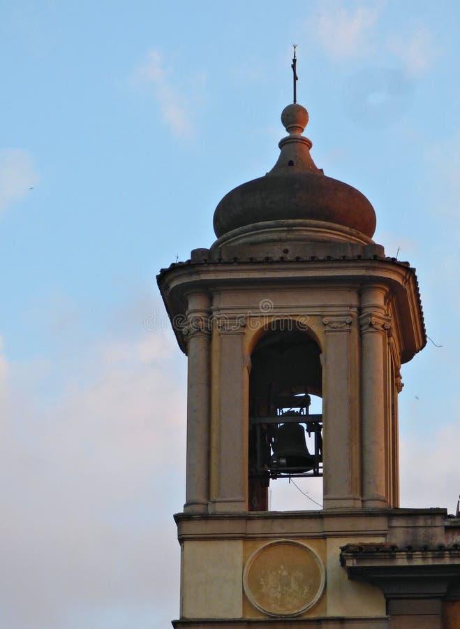 Uma vista de uma torre de Bell da igreja foto de stock royalty free
