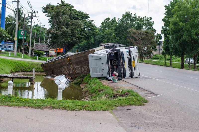 Uma vista de um caminhão virado em uma estrada em um acidente imagens de stock