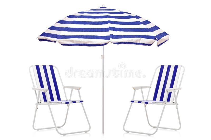 Uma vista de um guarda-chuva listrado azul e branco imagens de stock royalty free