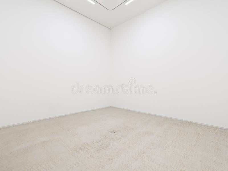 Uma vista de um interior pintado branco de uma sala vazia ou de uma galeria de arte com uma iluminação fluorescente e uns assoalh imagens de stock