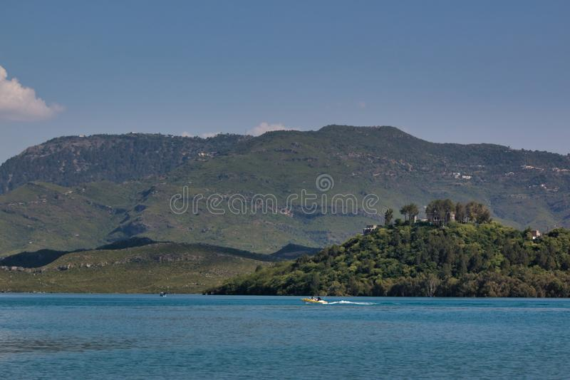 Uma vista de um lago pelas montanhas fotos de stock