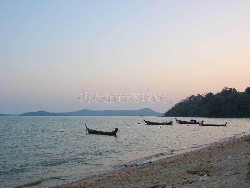 Uma vista de um pescador local Village Praia de Naiyang, Ci de Phuket imagens de stock royalty free