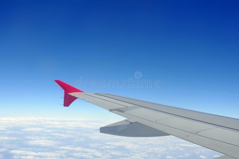 Uma vista de uma asa dentro de um plano do voo fotos de stock