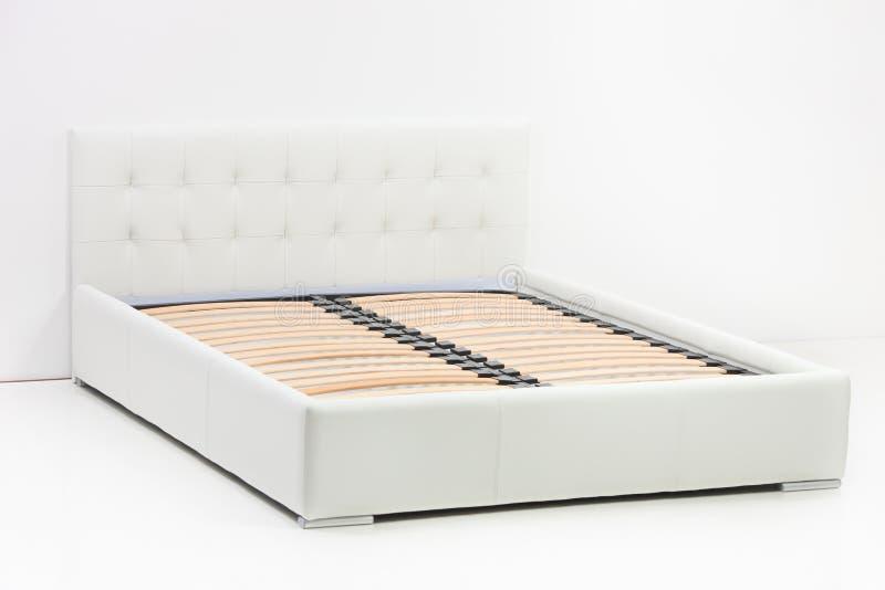 Uma vista de uma cama moderna imagem de stock