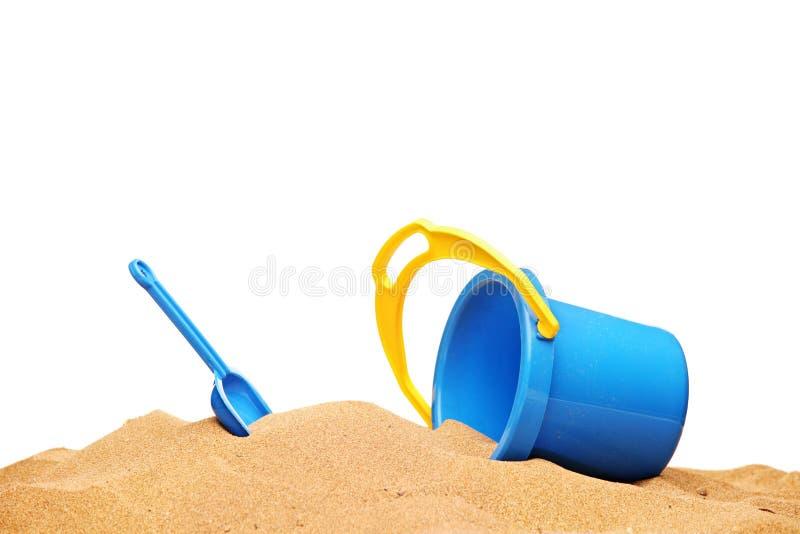 Uma vista de uma cesta e de uma colher na praia imagem de stock