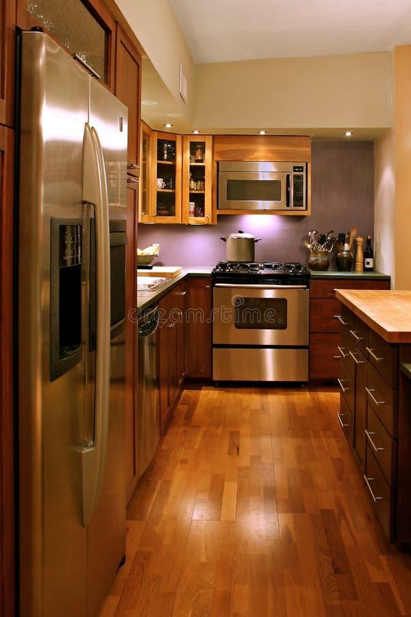 Uma vista de uma cozinha moderna foto de stock royalty free
