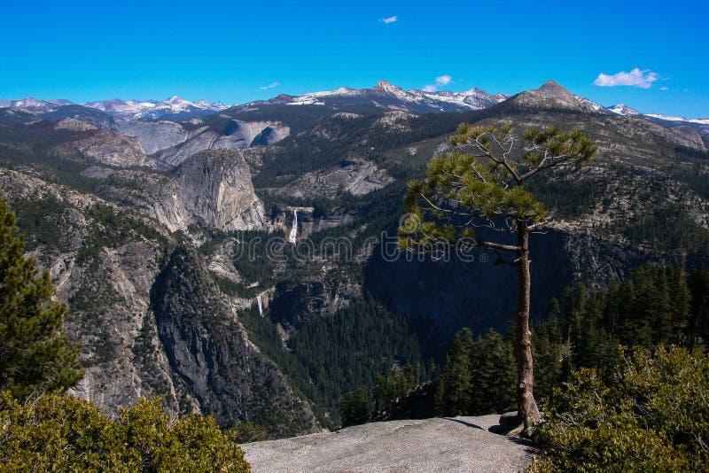 Uma vista de Yosemite do ponto da geleira fotografia de stock royalty free