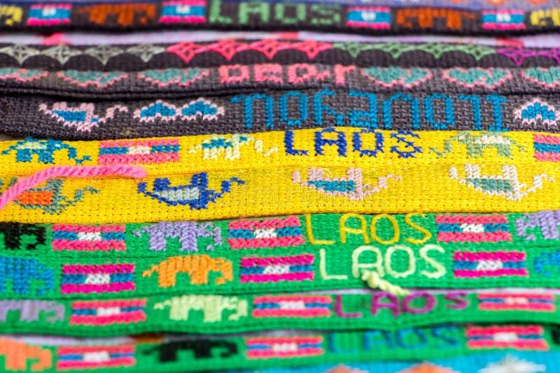 Uma vista detalhada do bracelete colorido em uma oferta da loja fotografia de stock
