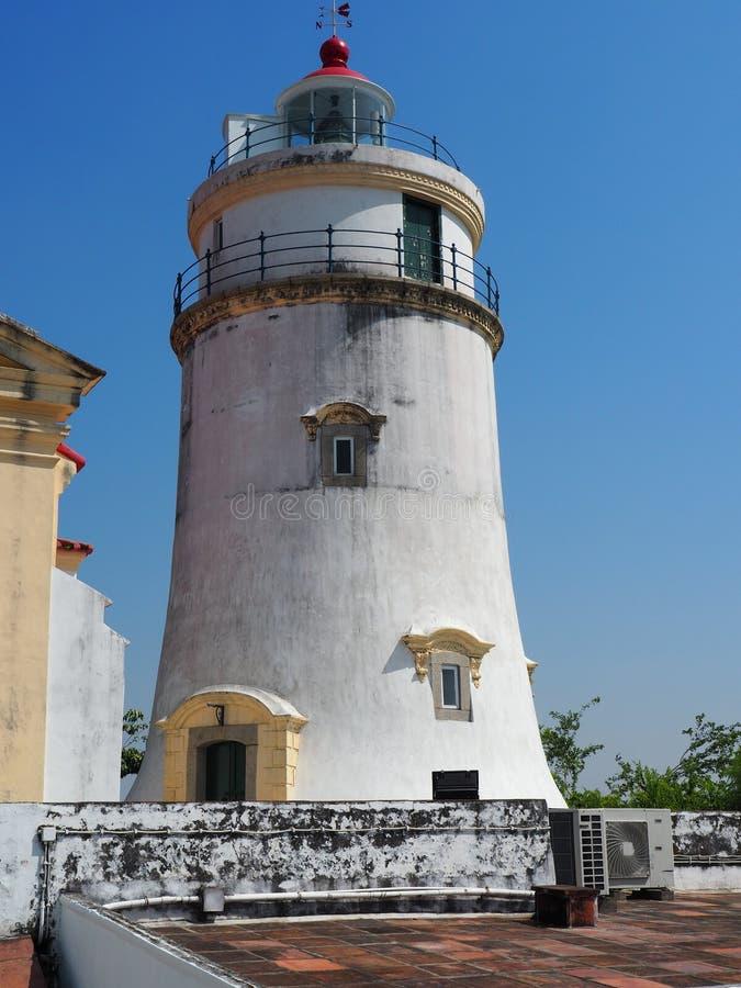 Uma vista dianteira do farol em Guia Fortress em Macau imagens de stock