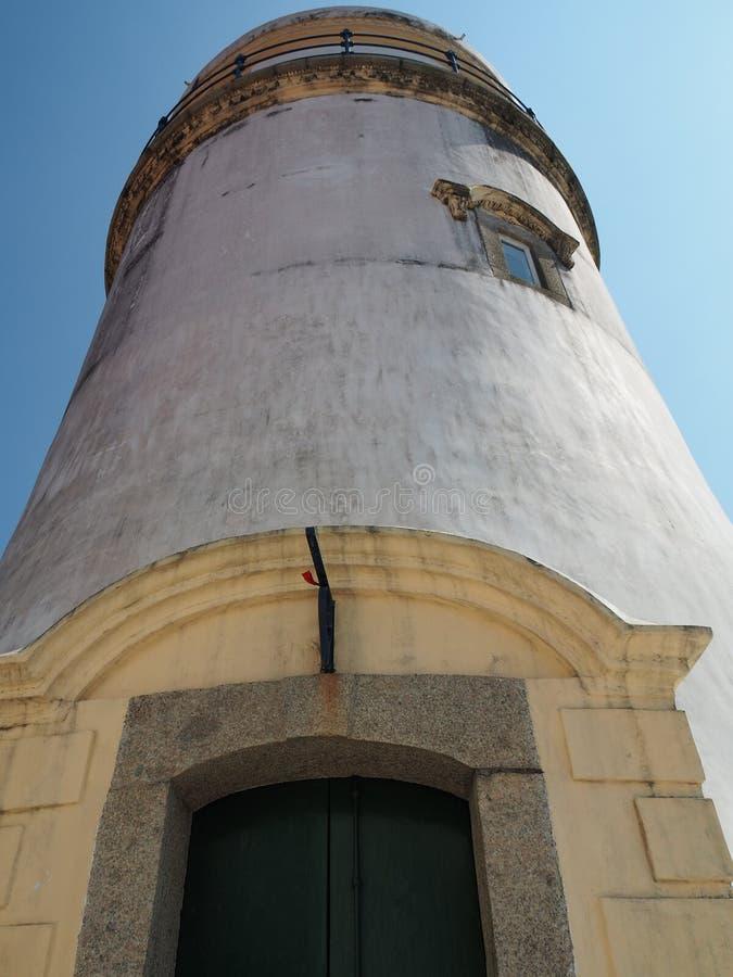 Uma vista dianteira do farol em Guia Fortress em Macau fotografia de stock