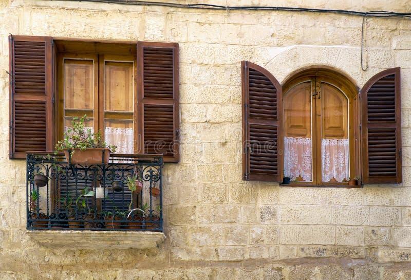 Uma vista do balcão e da janela malteses tradicionais do estilo em Vallet fotografia de stock
