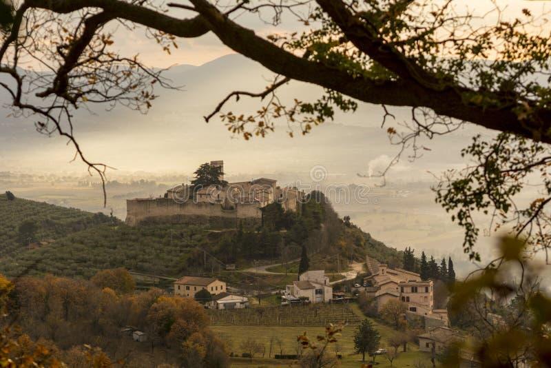 Uma vista do castelo medieval de Campello Sul Clitunno em Úmbria, Itália fotografia de stock