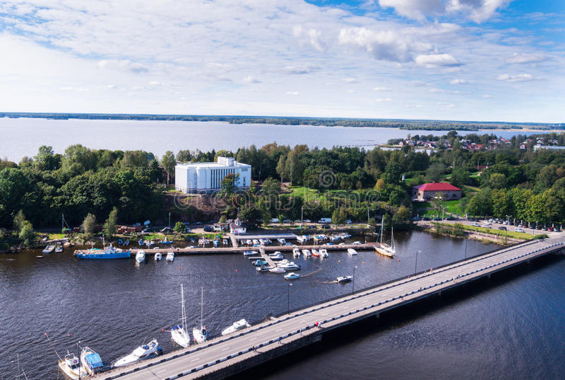 Uma vista do estuário de Vuoksi e o Golfo da Finlândia na vigia elevam-se em Vyborg fotografia de stock