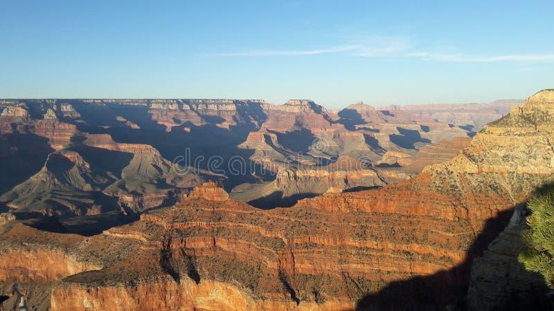 Uma vista do Grand Canyon em um dia claro foto de stock royalty free