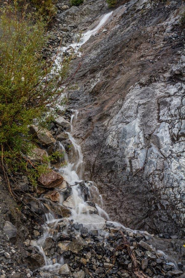 Uma vista do lado da via pública larga e urbanizada do vale da curva, Banff P nacional fotos de stock royalty free
