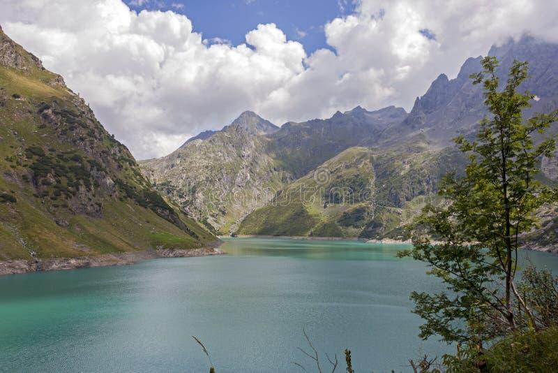 Uma vista do lago artificial Barbellino, Valbondione, fotografia de stock royalty free